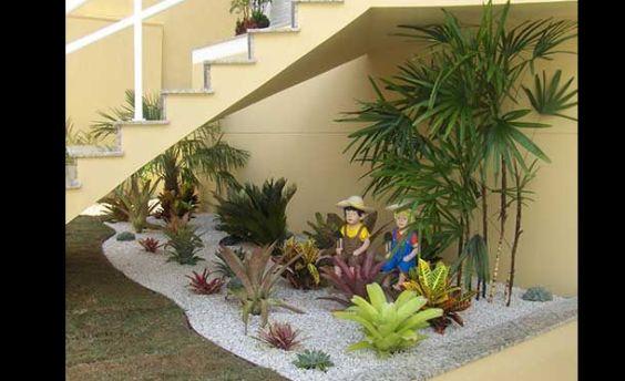 jardim interno com boneco