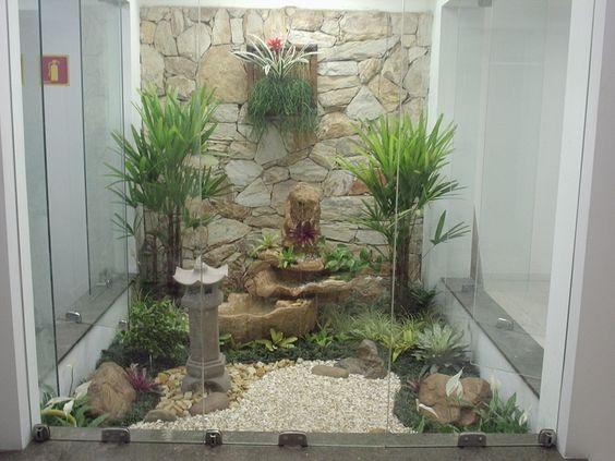 jardim interno com parede de pedra