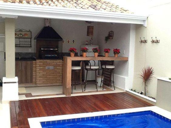 espaço do churrasco com piso de madeira
