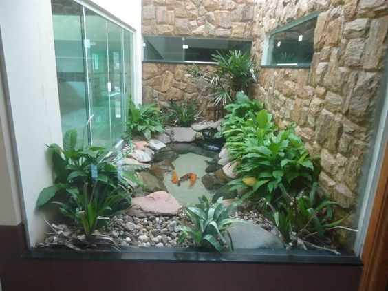 jardim interno com pedras e agua