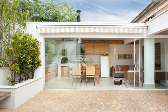 espaço do churrasco com parede de vidro