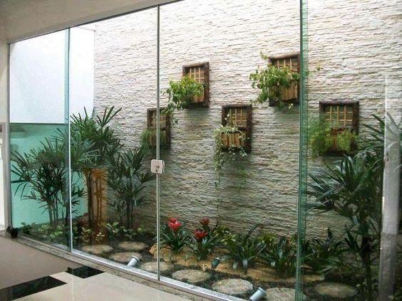 jardim interno com quadro