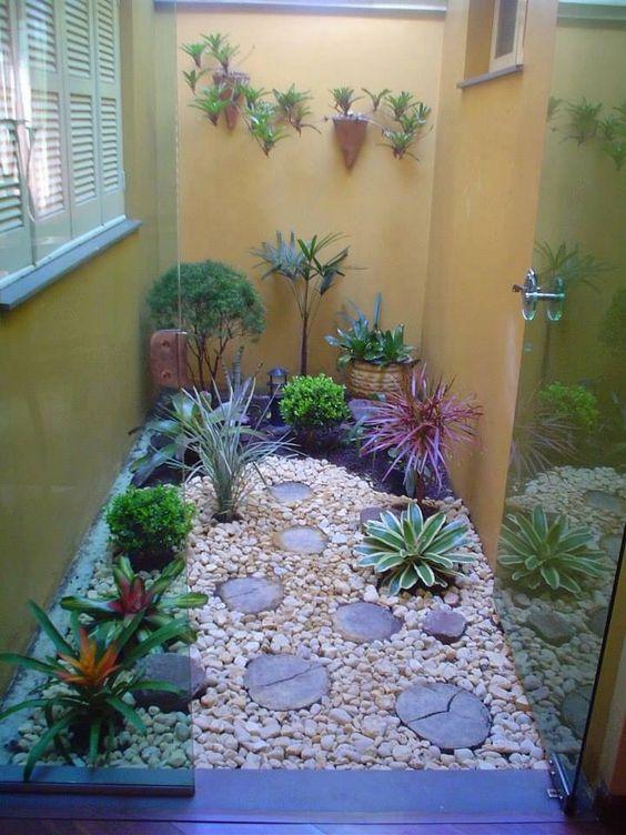 jardim interno com tronco
