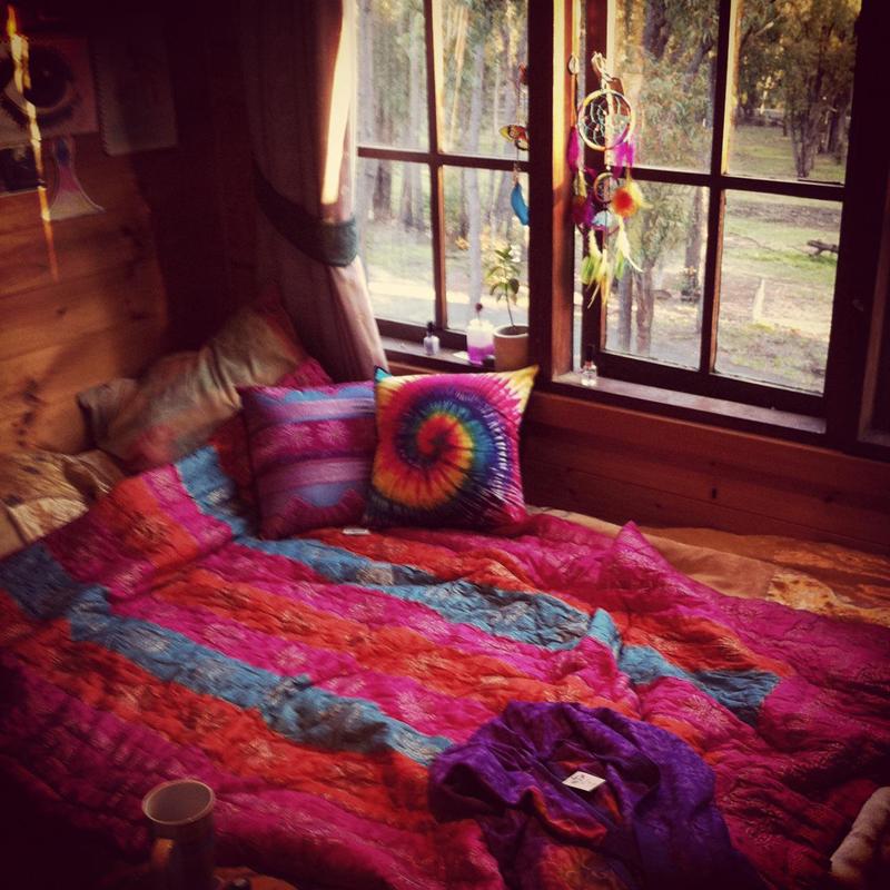 quarto com estilo hippie pink