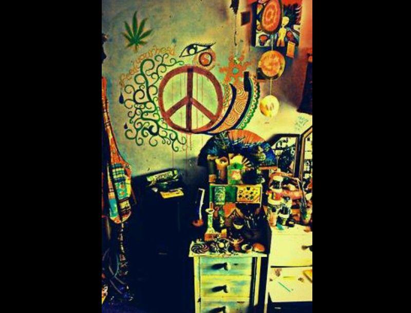 quarto com estilo hippie com desenhos