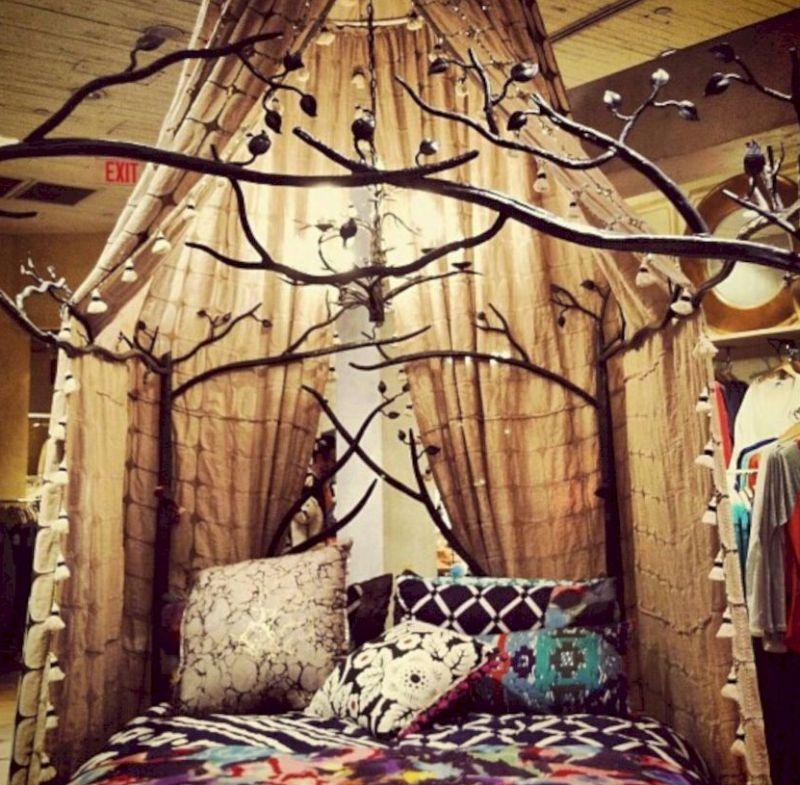 quarto com estilo hippie com galhos secos