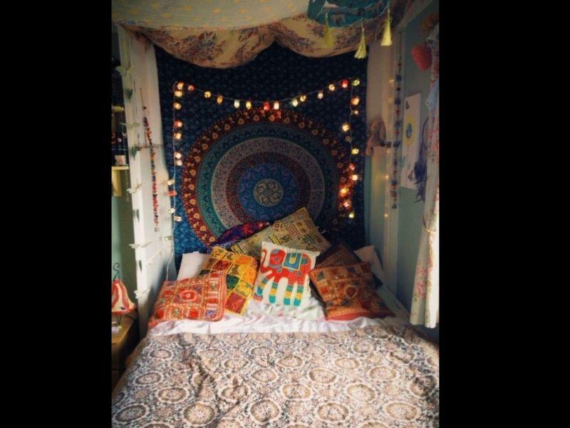 quarto com estilo hippie com cabeceria decorada