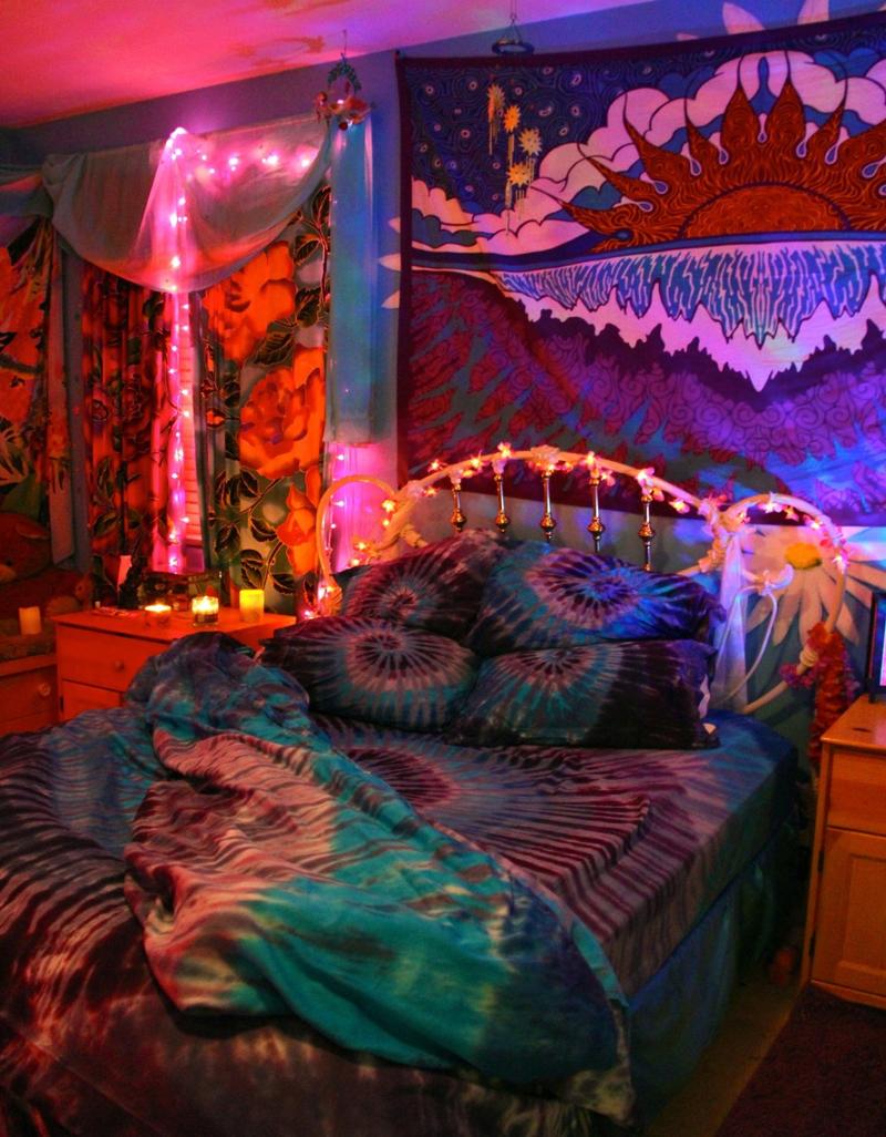 quarto com estilo hippie bem colorido