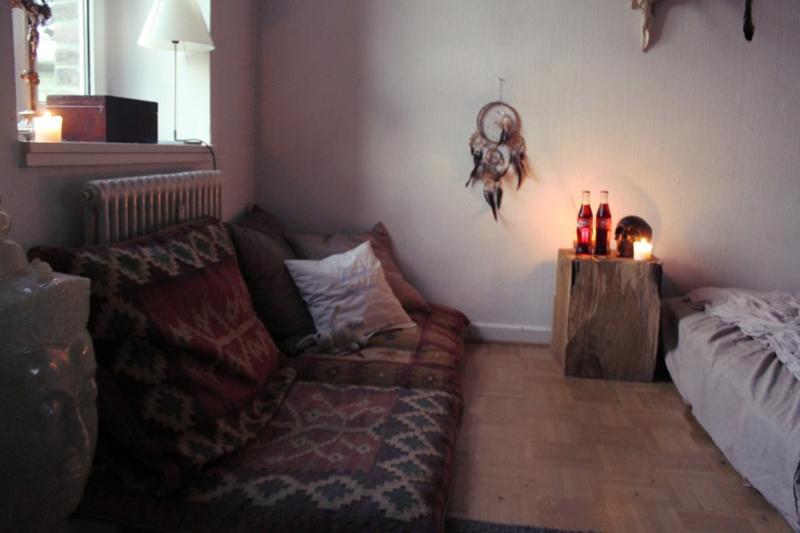 quarto com estilo hippie com poucas coisas