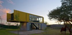 moradia de container amarela