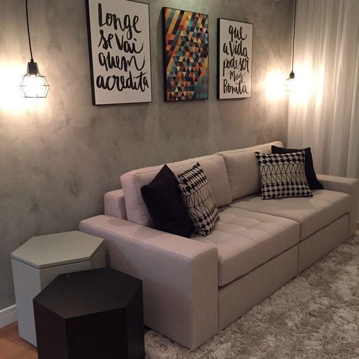sofá na parede com concreto aparente