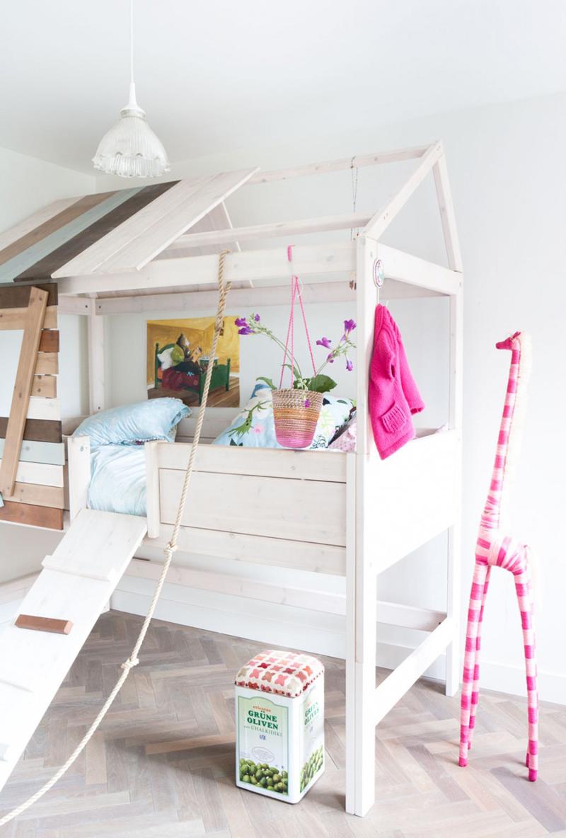 quarto infantil com casinha de madeira
