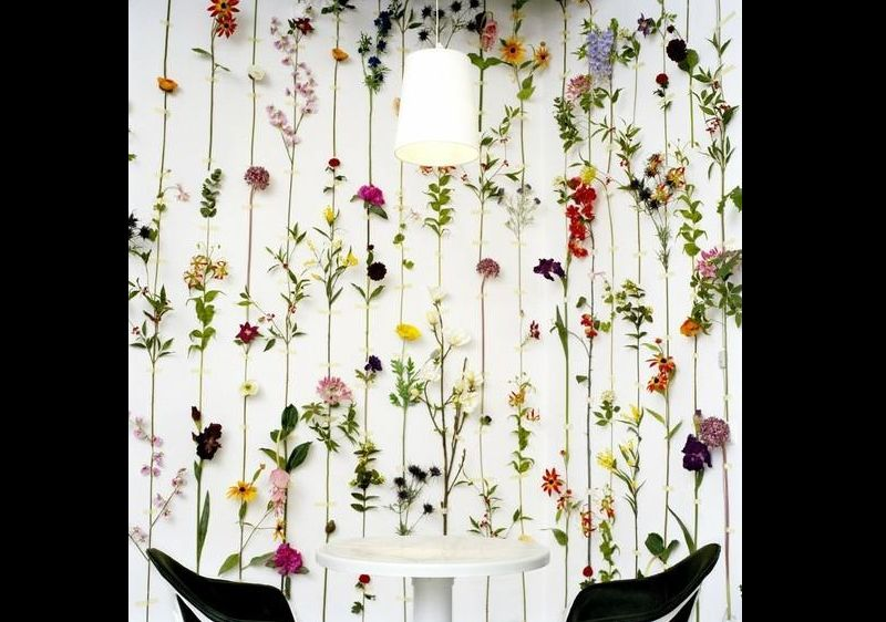 parede decorada com cordao de flores