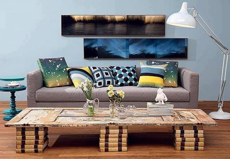parede decorada com quadros compridos