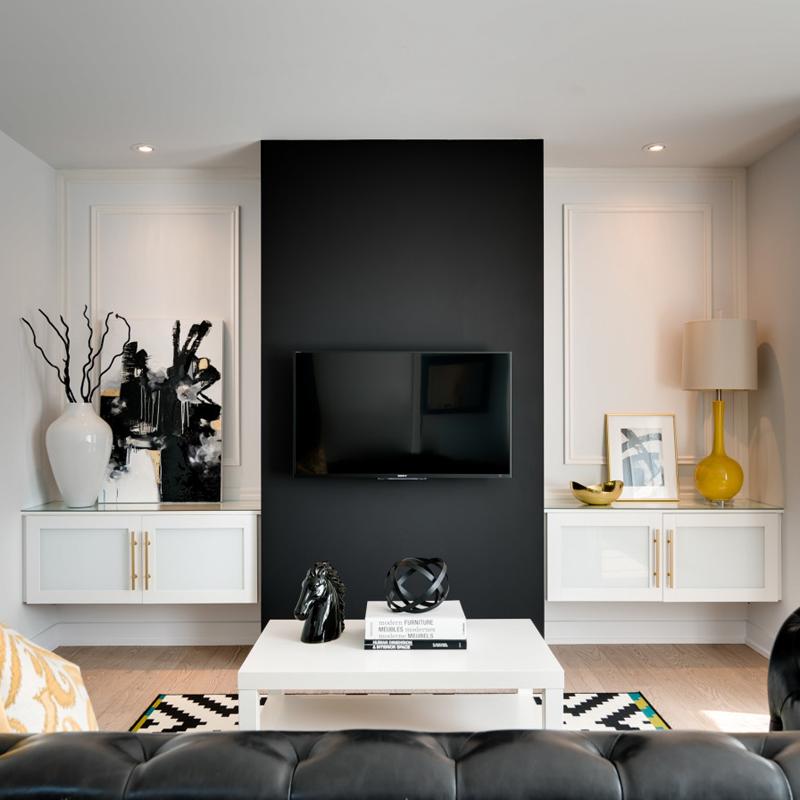 sala de tv com painel preto