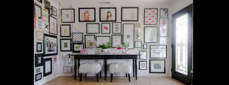 parede decorada com muitos quadros
