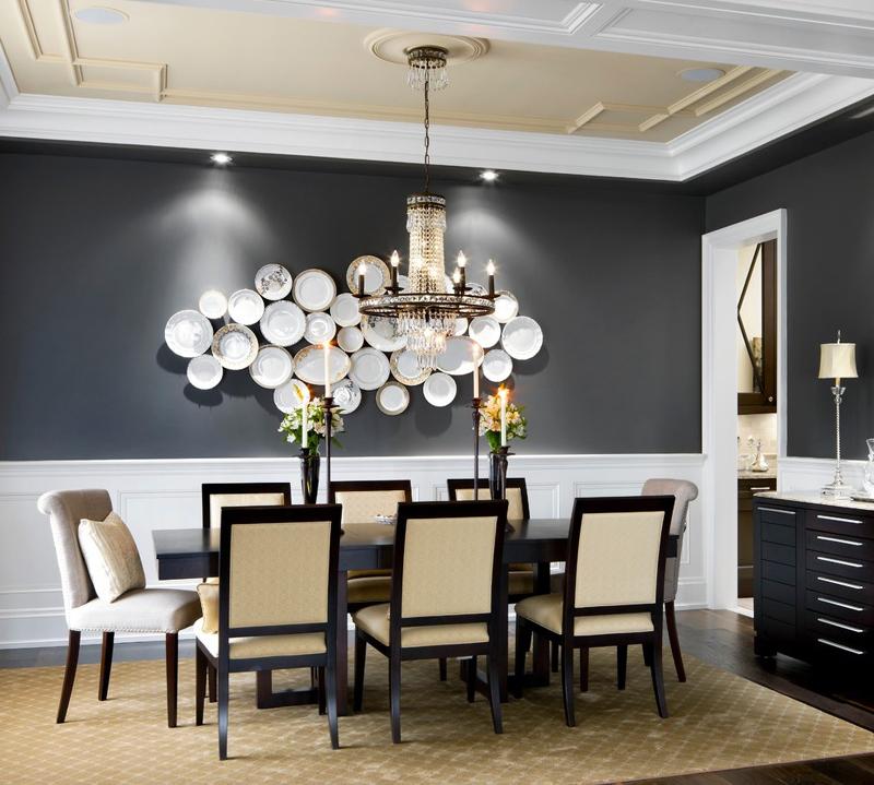 parede decorada com pratos decorativos