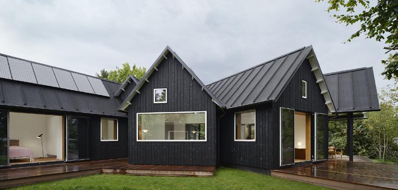 casa com madeira cor preta