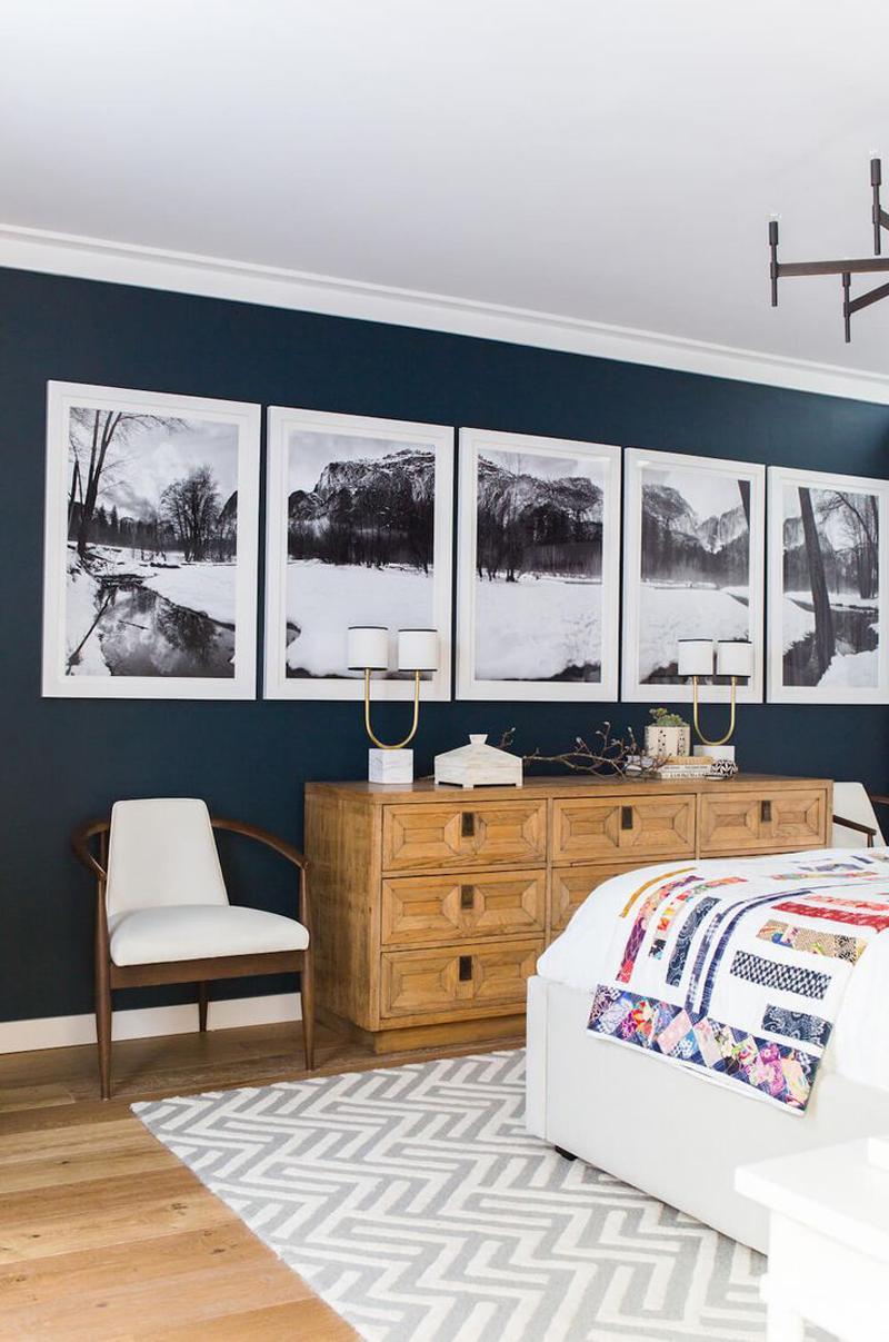 parede decorada com quadros alinhados