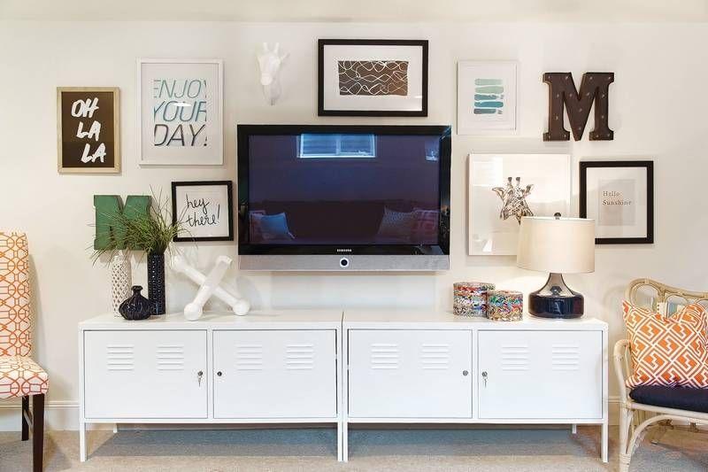 sala de tv com quadros