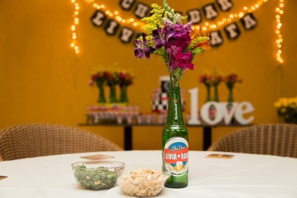 mesa decorada com garrafa de vidro