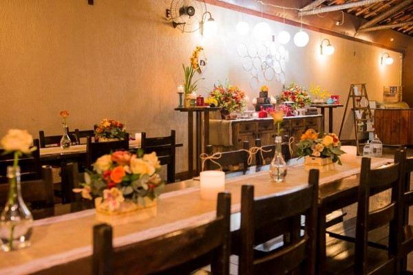 mesa decorada com flores e velas