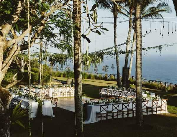 casamento na grama com vista para o mar
