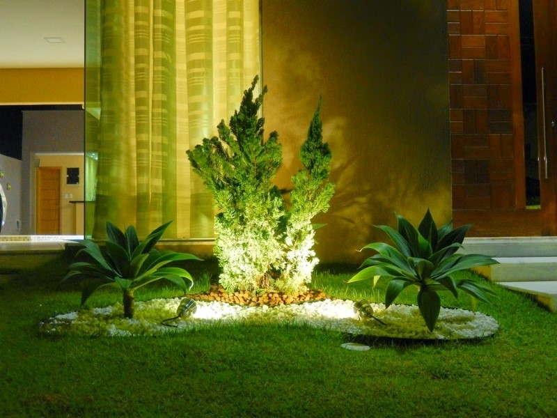 jardim de frente iluminado