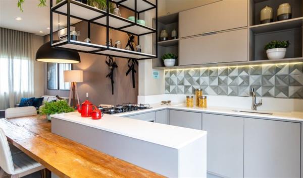 cozinha com balcão de madeira