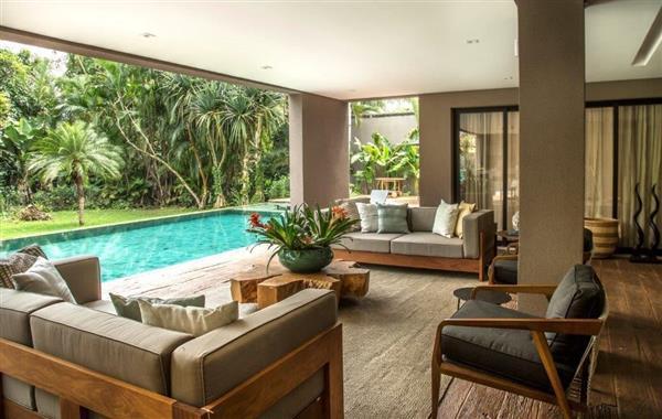 sala com vista para piscina