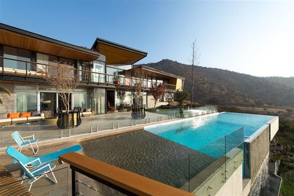 casa com piscina infinita