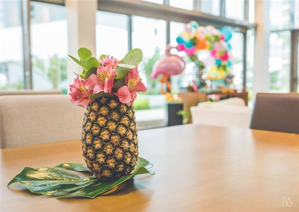 enfeite de mesa com abacaxi