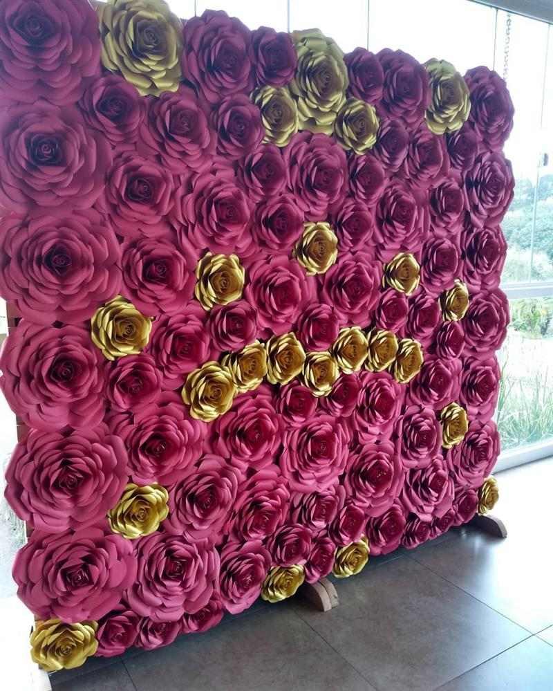 painel com flores vermelhas e dourado