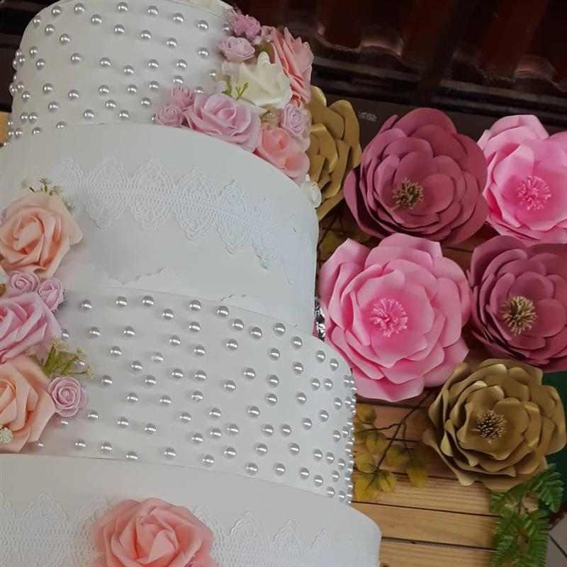 painel de flores para mesa do bolo