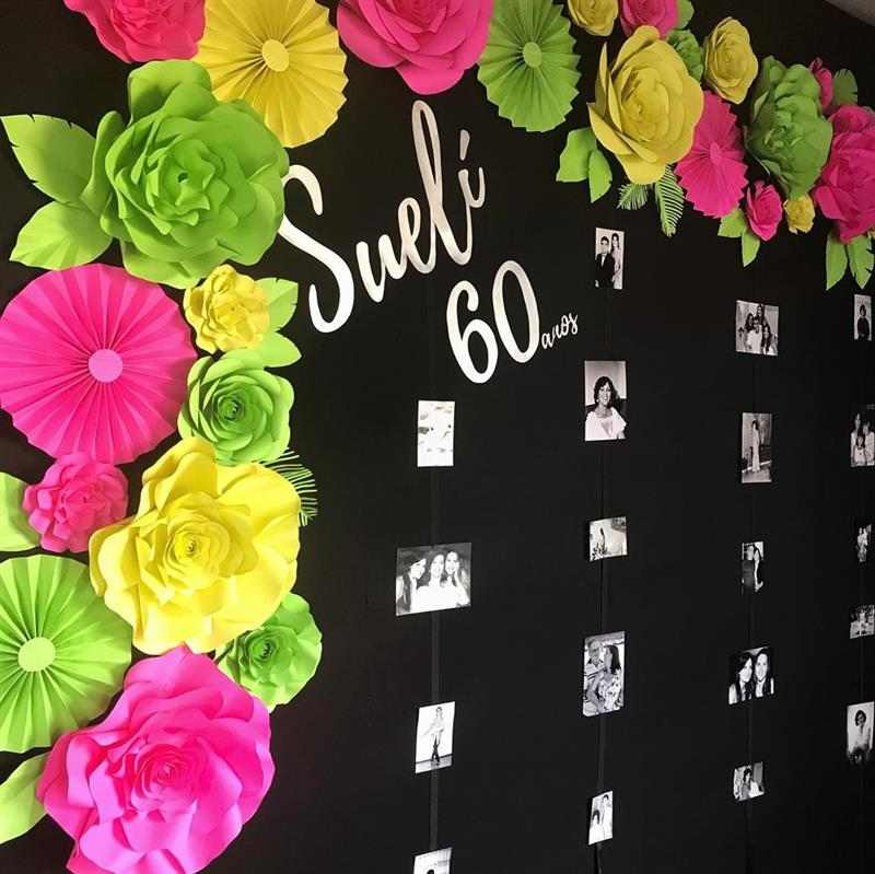 painel com flores e fotos