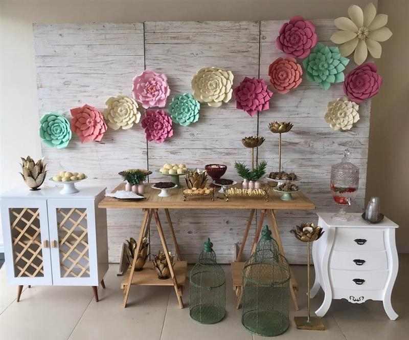 painel simlpes decorado com flores