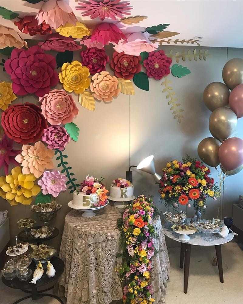 painel com balões e flores