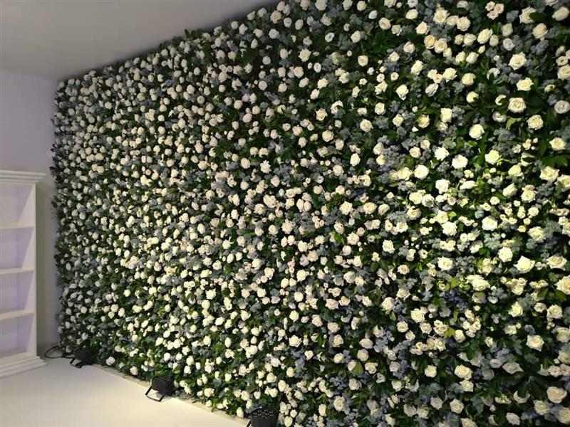 painel com flores brancas