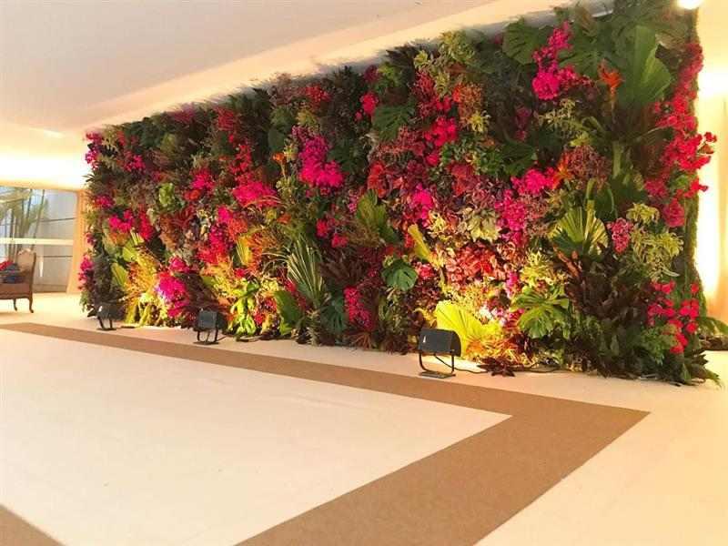 painel de folhagens e flor