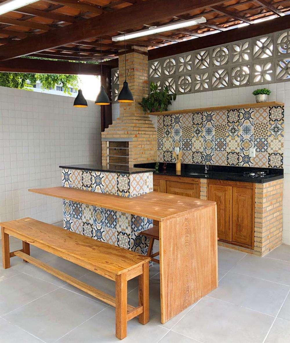 churrasqueira de tijolinhos com os pisos coloridos