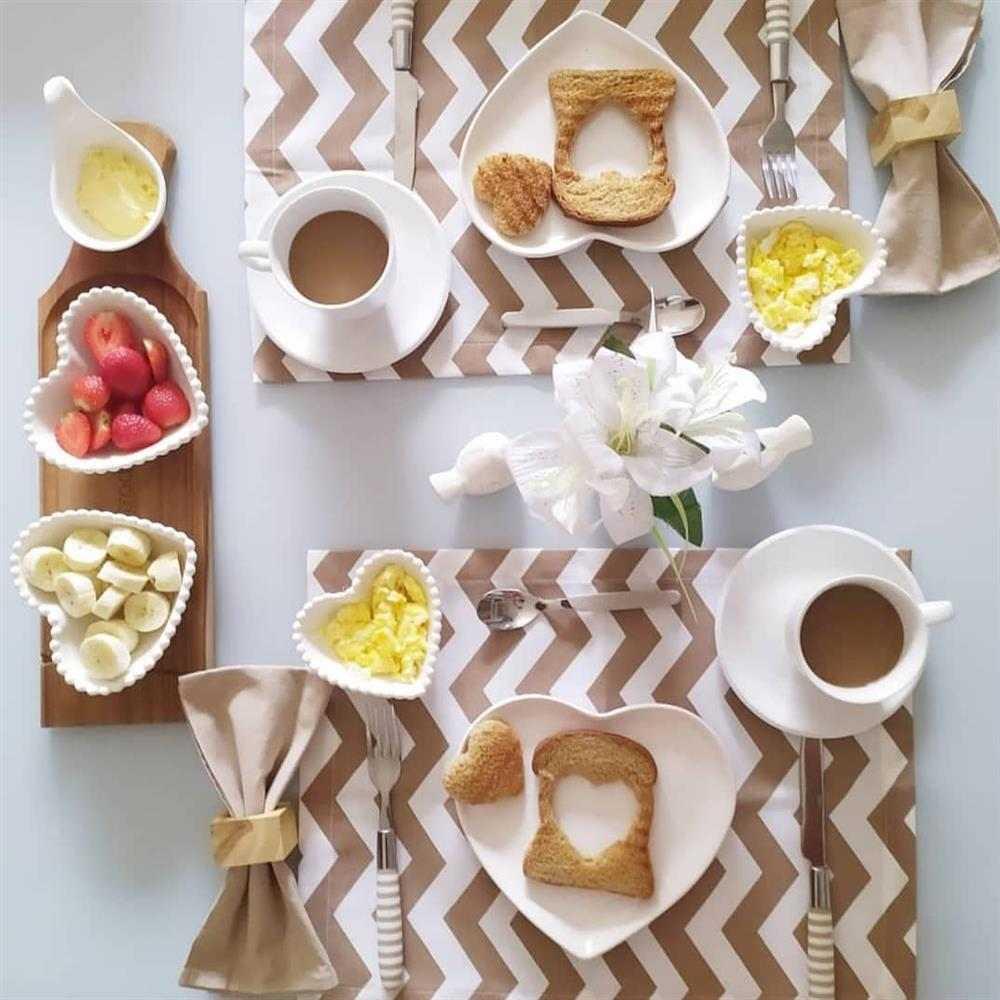 mesa de café da manhã romântica