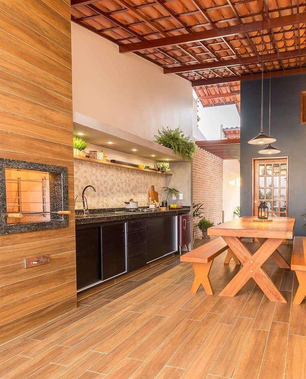 Ambientes decorados com tons em madeira deixa a área rústica e bem confortável