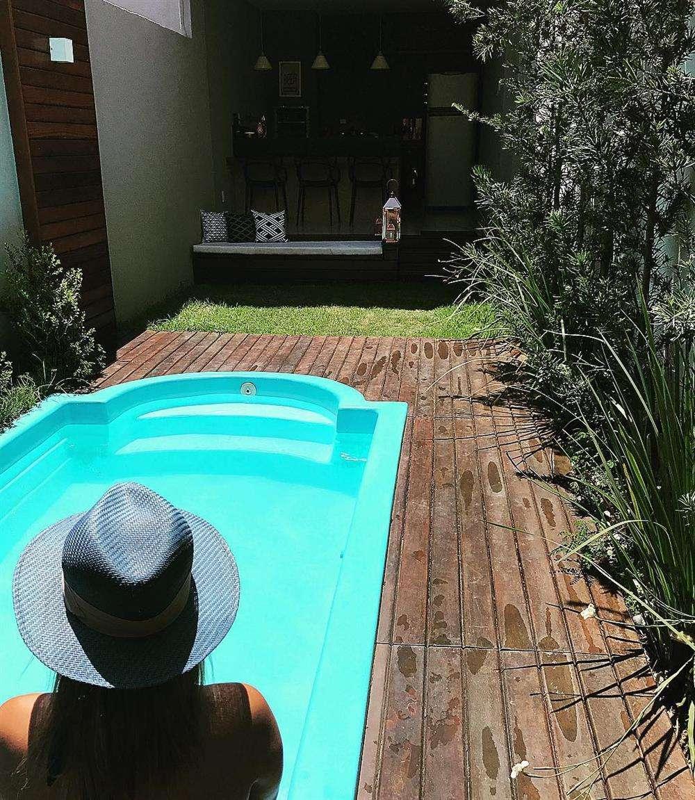 A área da piscina é ideal para receber amigos em dias de sol