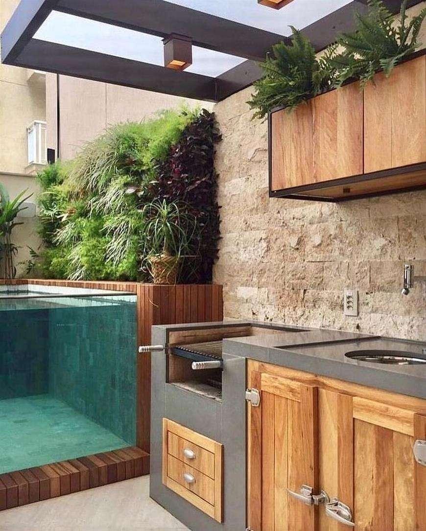 muro de plantas na piscina