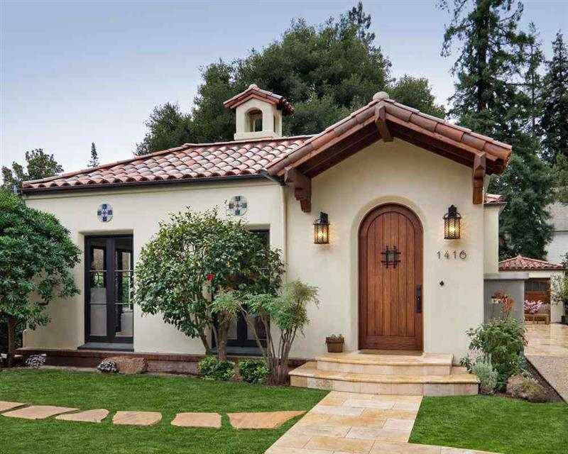 casa com telhado estilo colonial
