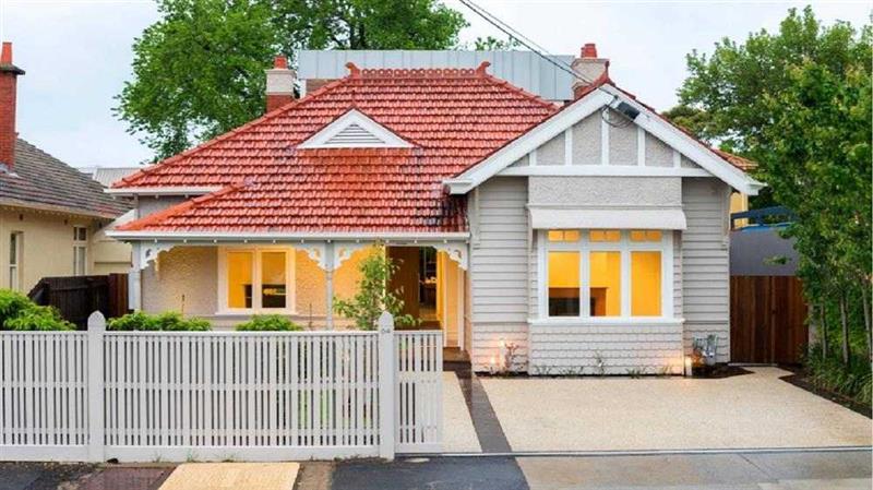 casa simples com telhado colonial