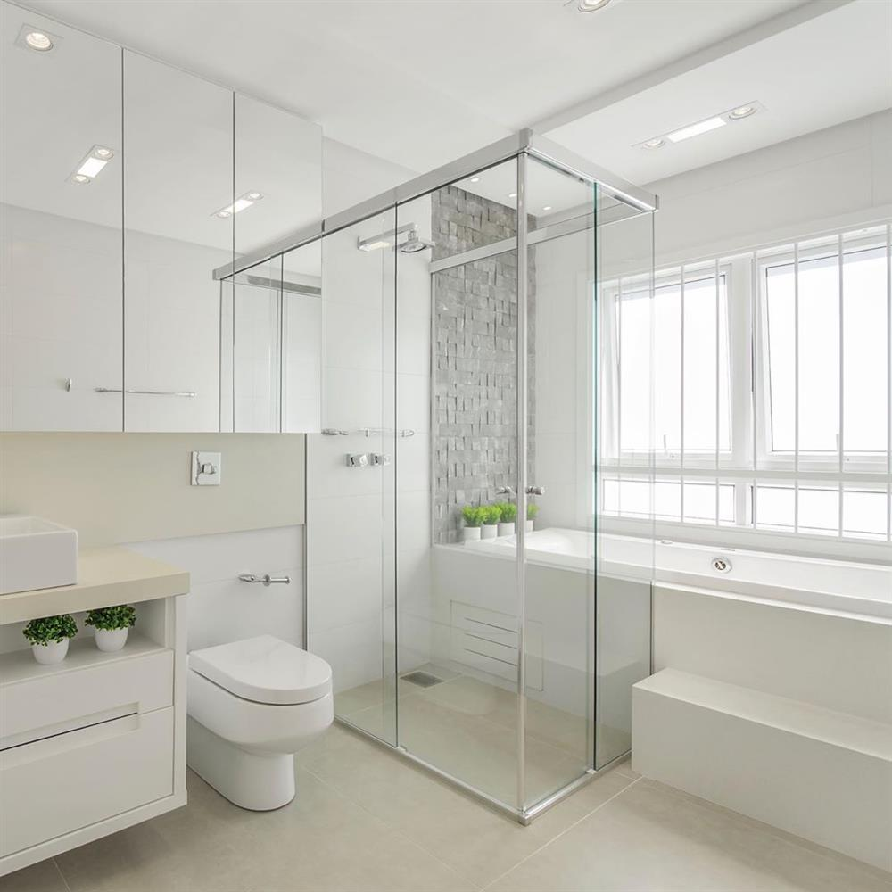 banheiro branco com banheira e chuveiro separados