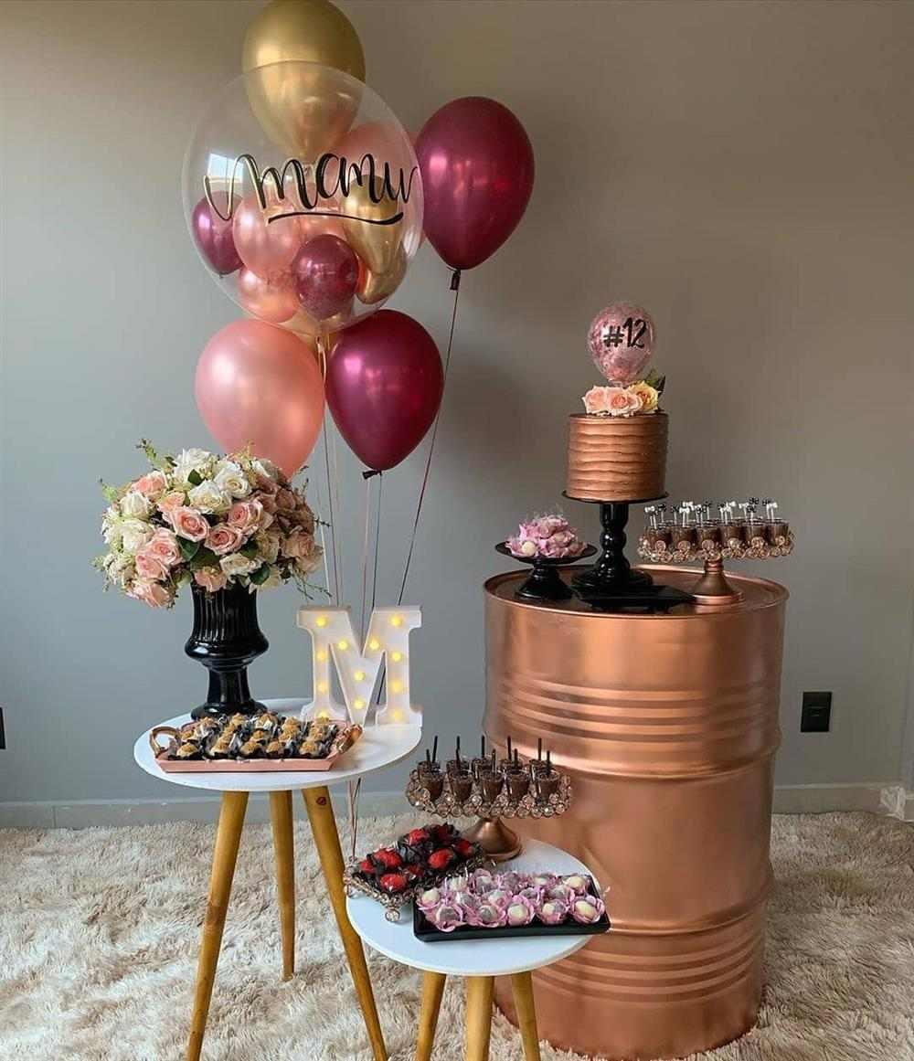 mesa de aniversário simples com flores