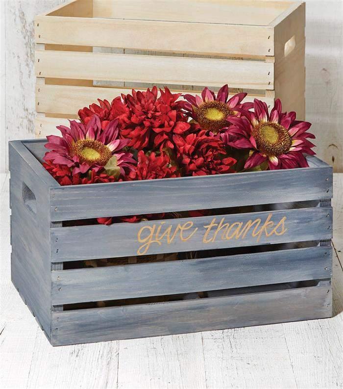 decoração com caixotes de madeira para jardim