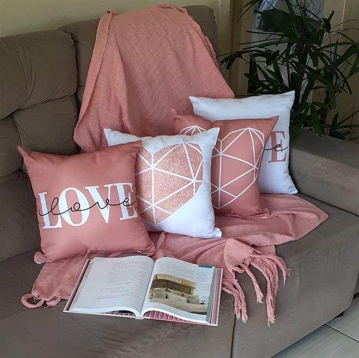 sofa com manta com franjas